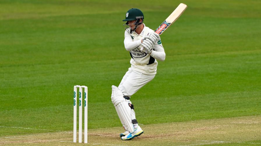 Leach tons up as Worcs dominate Derbyshire