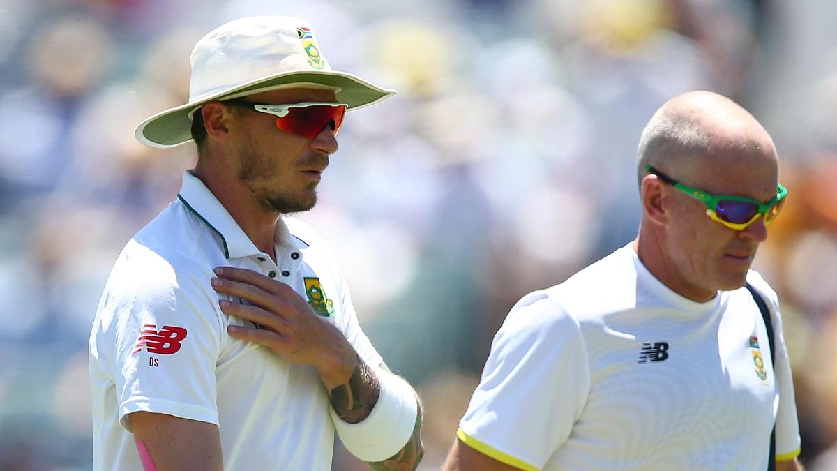 Dale Steyn leaves the field with an injured shoulder