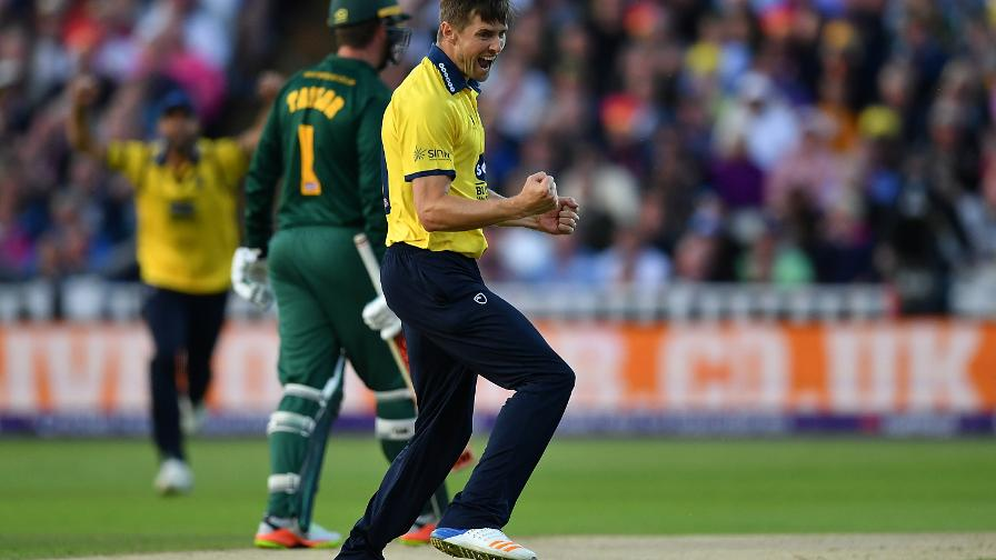 SO WOAK – Woakes' guts the Outlaws top-order