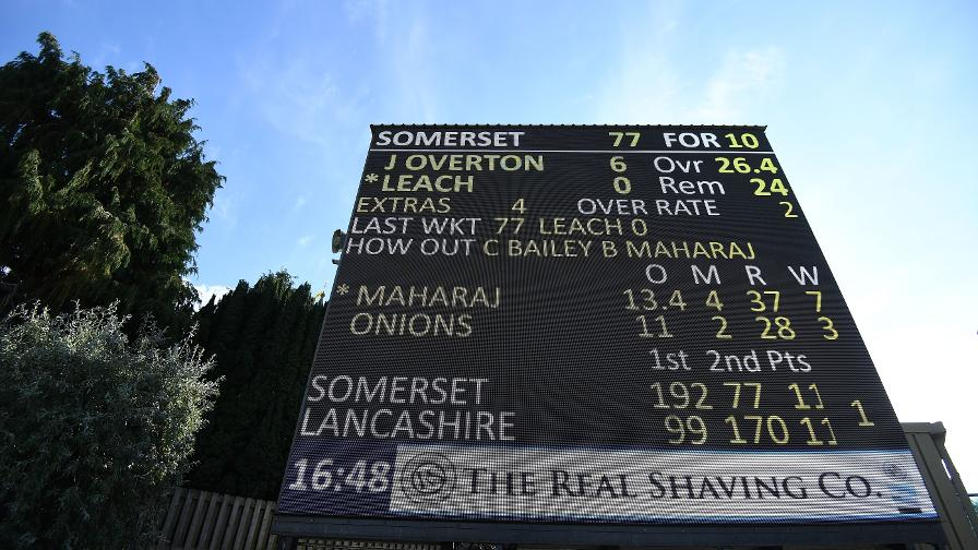 How does the Specsavers County Championship scoring system work