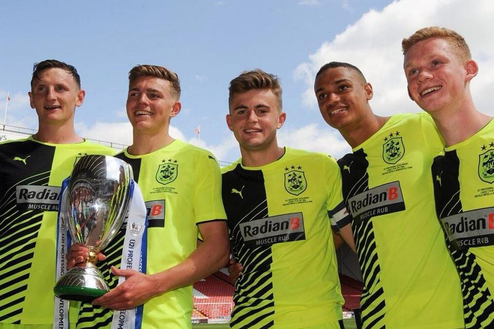 Huddersfield Town's winning players with the trophy (credit: twitter.com/htafcdotcom)