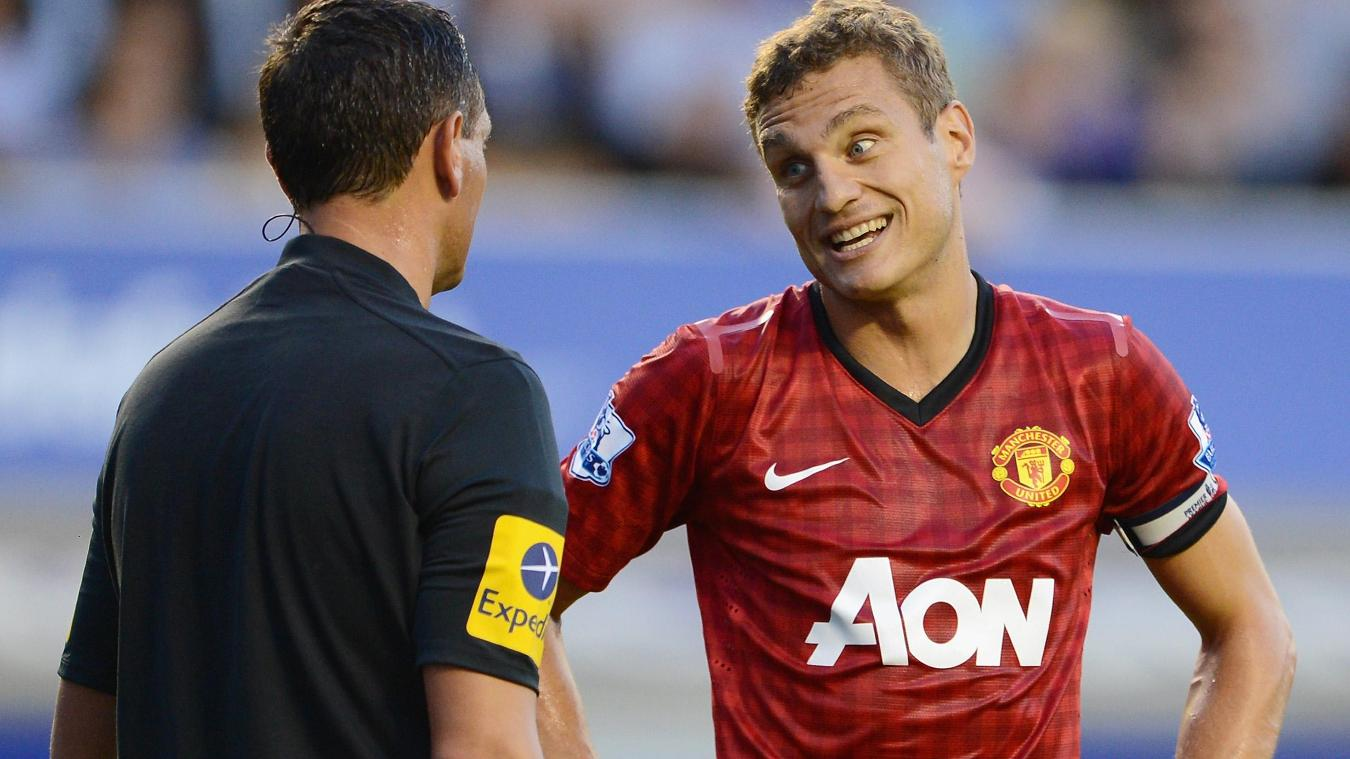 Man Utd defender Nemanja Vidic talks to Andre Marriner